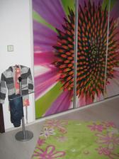 31.12.2013 - dceřin pokojíček již zabydlen... a zaplněn :-) - dveře vestavné skříně na míru s UV potiskem. Kobereček a sluhu na oblečky přinesl ježíšek :-)