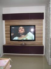 """03/2014 - televizní stěna ve stejném dekoru jako kuchyně """"karibský ořech & fialová vysoký lesk"""""""