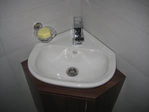 03/2014 - a přibyl také nábytek do spodního WC. Spodní skříňka s umyvadlem....