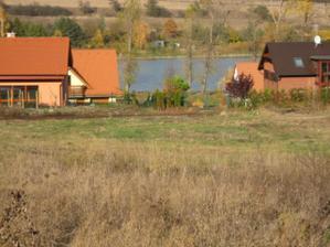 Pohled z baráčku - pod námi rybník :-) (vedle nás lesík :-) )