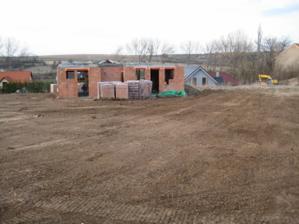 Tato fotka již pořízena v 4/2011 - takto nám domeček stál rozestavený od 11/2009 kvůli boji s úřady (a sousedy) :-(