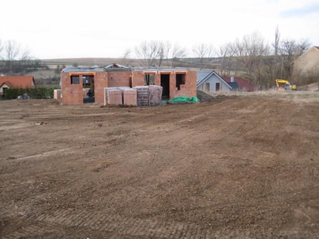 Milenium 229 - Tato fotka již pořízena v 4/2011 - takto nám domeček stál rozestavený od 11/2009 kvůli boji s úřady (a sousedy) :-(