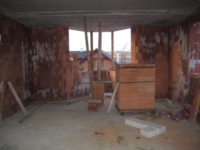 Milenium 229 - Pohled z obýváku na budoucí kuchyň, která bude úúúúplně jiná než dle projektu :-) - 4/2011