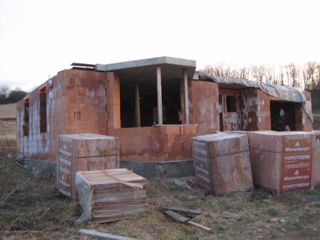 Milenium 229 - Pohled z venku na výklenek, nemáme ho kulatý, ale bude 3stěnný a kuchyňská linka povede skrz výklenek - ve výklenku budu mít dřez - 4/2011
