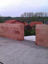 Stavíme druhé patro - zvyšujeme o 2 řady oproti projektu - 04/2011