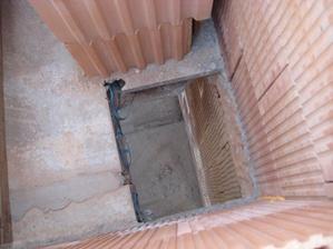 Pohled z patra dolů komínovou dírou - 20.5.2011