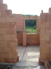 Nahoře se začínají rýsovat místnosti - pohled z chodby do ložnice - 20.5.2011