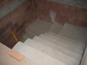 Schody téměř hotové, ještě budou malé dodělávky ve tvaru dvou schodů u podesty - 2.7.2011