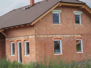 S barvičkou oken jsem moc spokojená, sedí krásně se střechou :-))) barva je ořech.
