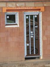 Zadní dveře - východ na zahradu. Vchodové dveře budou stejné, bohužel byly poškozené, takže jdou opětovně do výroby :-((((