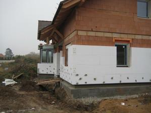 Kolem domečku se rýsují sítě, takže zatím není kde postavit lešení kvůli fasádě. - 29.10.2011