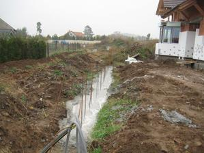 Předpříprava plotu... Před ním povede příjezdová komunikace, už aby to bylo :-) - 29.10.2011