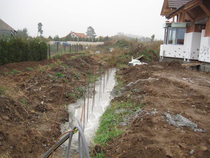 Milenium 229 - Předpříprava plotu... Před ním povede příjezdová komunikace, už aby to bylo :-) - 29.10.2011