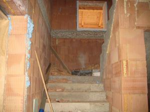 A co jsme postavili zase bouráme :-) Na schodišti už nebude tma, vybourali jsme místo pro okno :-)  29.10.2011