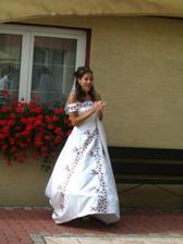 Nevěsta drží šaty a tleská:-)