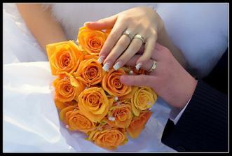 Svatební kytice-reálná ..trošku se lišila ale spokojená jsem byla :-) A naše prstýnky!