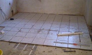 dokončujeme dlažbu v kuchyni