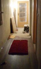 podlaha v chodbe, pohlad z obyvacky