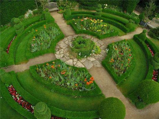 Zahrada - Letos si chci udělat kulatý záhon(zahrádku) a mohl by vypadat nějak takto. Bude buď z bylinek a nebo levandulový.