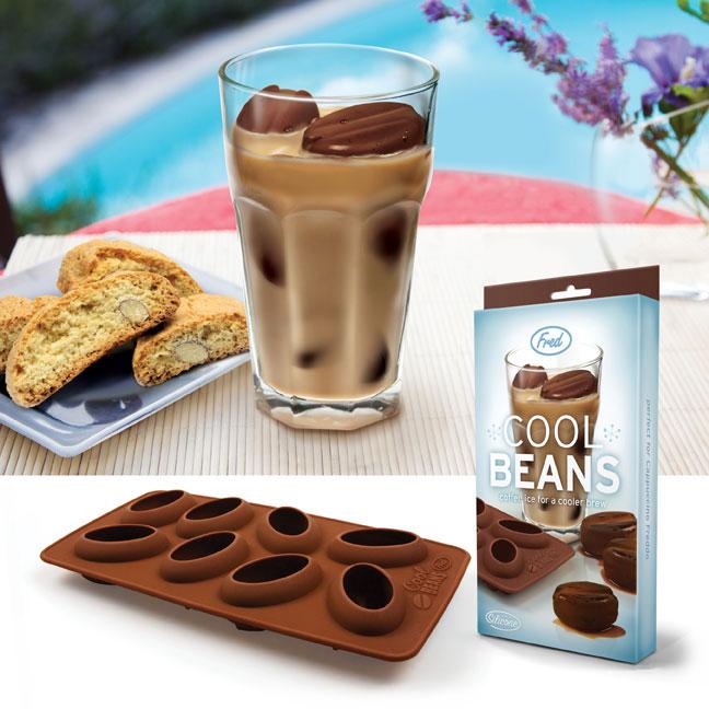 Kuchynské dizajnové doplnky na www.dekoraciedobytu.sk - Silikónová forma na zamrazenie kávy do kociek v tvare veľkých kávových zrniek.