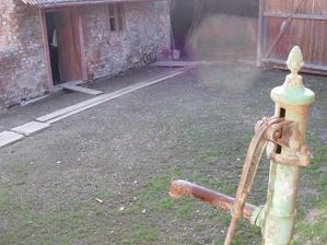 Tuna betónu ze dvorka vykopána a odvezena na břeh potoka a čekáme až vyleze travička.