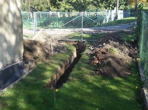 V obci bude kanalizace a tak kopeme přípojku