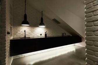 Kuchyňská linka ????!!!! A co to světlo nad dřezem? Trochu nízko.
