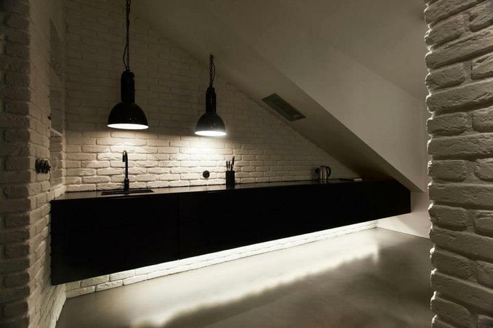 Pěkný byteček - Kuchyňská linka ????!!!! A co to světlo nad dřezem? Trochu nízko.