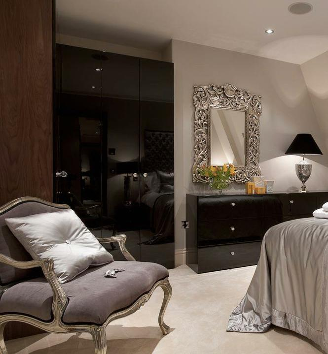 Pěkný byteček - ach..... to zrcadlo, lampa....