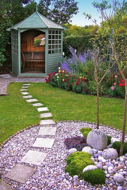 Zahrada, v hlavní roli kámen/ aneb jsem šutrofilka - Altán a špatná kombinace květin to trošku hyzdí, ale mě jde o cestičku v trávníku