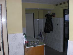Vlevo- dveře bude wc, na středu se vyzdí příčka a zabudují se dveře, které oddělí byt. Vlevé části za zdí je schodiště, které není vidět a potom se dá jít do patra. V pravo bude koupelka a prádelka či bordelkout