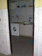 Tahle místnost se přepaží a v levé části bude prádelka a vpravé koupelna
