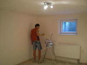 synek maluje ložnici