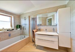 zrcadlo a vysoká skříň se mi nelíbí, ale obkládky jsou zajímavý