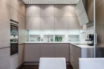 Kuchyňský kout bych trošičku přetvořila. Ty vrchní skříňky jsou moc dominantní. 8 kostek na stěně!