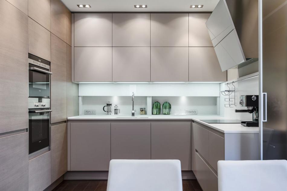 Pěkný byteček - Kuchyňský kout bych trošičku přetvořila. Ty vrchní skříňky jsou moc dominantní. 8 kostek na stěně!