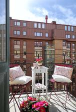 Přidala bych rohož na zábradlí a nějaké truhlíky a super balkónek.