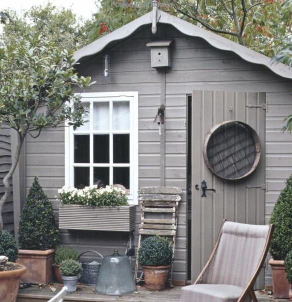 Krása v zahradách - Bílá okýnka s truhlíky fakt můžu.