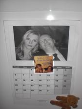 Doma mě čekalo překvapení. Drahý nám vytiskl kalendář na ledničku. Hm. Naštěstí se moc často neangažuje.