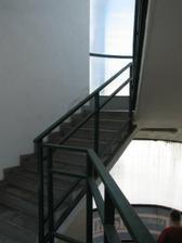 nahoru vedet takové schodiště- které je třeba ozdobit - a změnit pocit, že jsme do bazenu (všude kachličky)