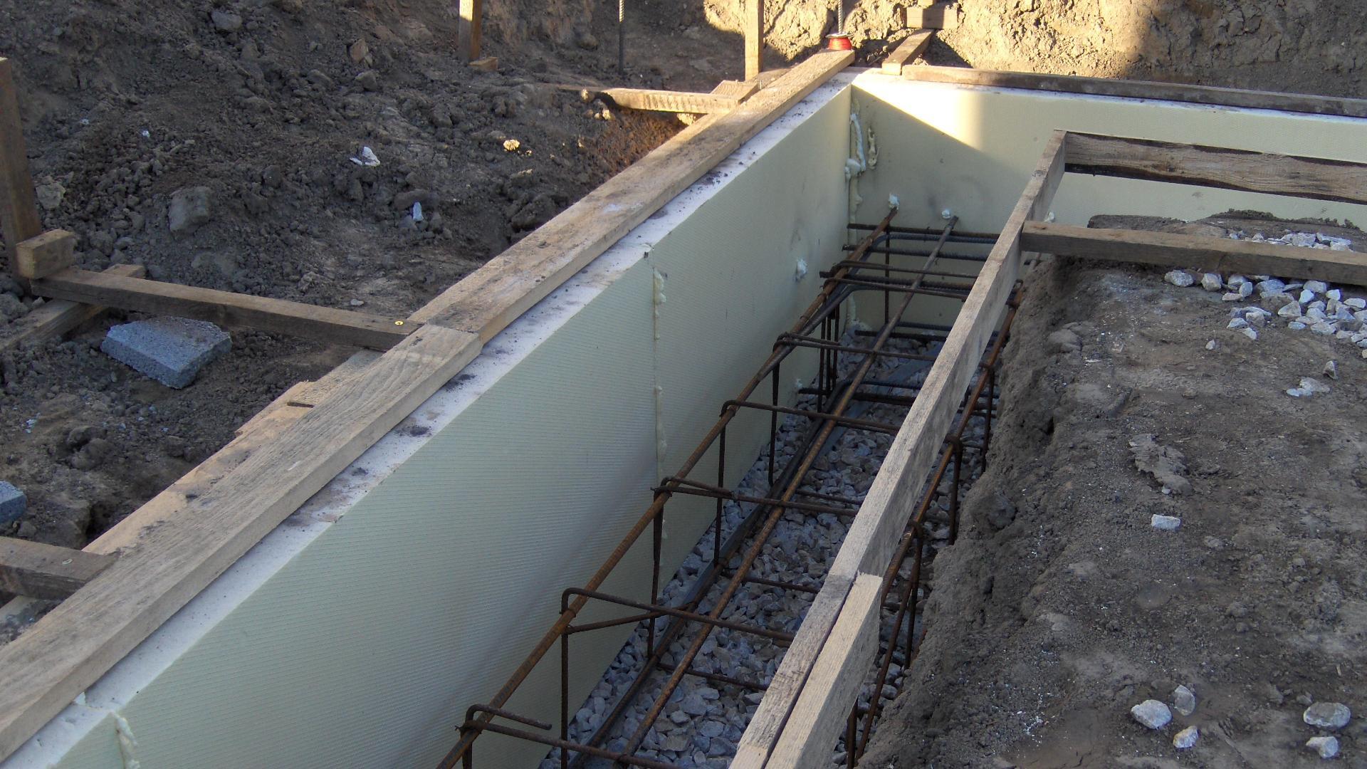 Energeticky pasívny dom svojpomocne - Prvá vrstva tepelnej izolácie základových pásov v podobe XPS hrúbky 100 mm.