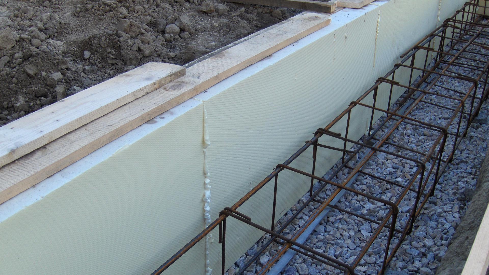 Energeticky pasívny dom svojpomocne - Detail tepelnej izolácie základového pásu.