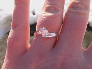 a to je zásnubní prstýnek, nádherný, že?