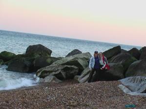 a toto je naše fotka na pláži v Brightonu