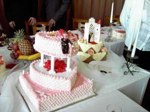 náš dort... marcipánové figurky podle přání sedí, dort vypadal perfektně, ještě mám kousek v mražáku... sledkého bylo moc moc moc