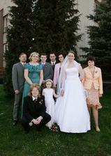 a tady přibyl Ivě manžel a její brách... a můj manžel s družičkou Terezkou. Ta se poctivě držela za ruku ať se neztratí