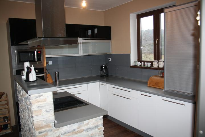 Leskle lakované Kuchyne na mieru - kuchynia biely leskl lakovany cerny leskl kovania blum 1800eur