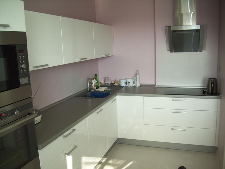 Leskle lakované Kuchyne na mieru - kuchynia biely leskl lakovany kovania blum 1800eur