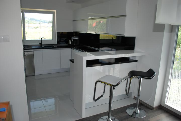 Leskle lakované Kuchyne na mieru - kuchynia biely leskl lakovany kovania blum uchytki zarezane v dvere 2500euro Liptovsky Mikulas