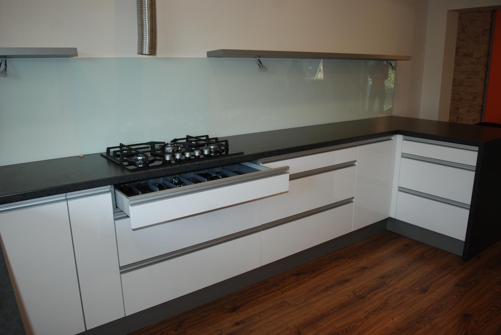 Leskle lakované Kuchyne na mieru - Obrázok č. 140